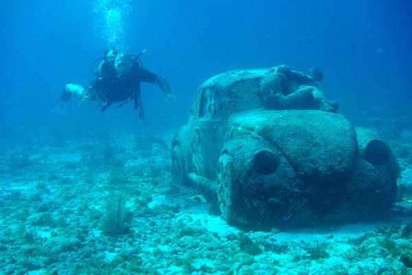 Sculpture VW sous l'eau